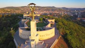 Budapest, Hongrie - longueur 4K aérienne du vol autour de la statue de la liberté avec l'horizon de Budapest banque de vidéos
