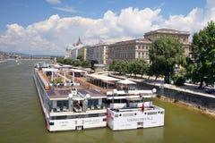 BUDAPEST, HONGRIE - 30 MAI 2018 : Bateau de croisière amarré dans le Danube Photos stock
