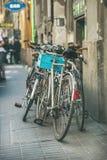 BUDAPEST, HONGRIE - 26 MARS 2017 : Bicyclettes dans le quart juif Photographie stock