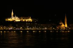 Budapest, Hongrie, Matthias Church au cours de la nuit de Danube images stock