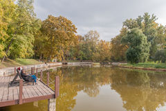 BUDAPEST, HONGRIE - 26 OCTOBRE 2015 : Les héros ajustent Parl avec des arbres de lac et d'automne Personnes locales prenant prend Photos stock