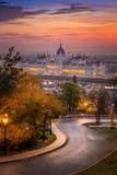 Budapest, Hongrie - route incurvée au secteur de Buda avec le Parlement image stock