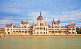 BUDAPEST, HONGRIE - 22 SEPTEMBRE 2012 : Le bâtiment néogothique du parlement Photographie stock libre de droits