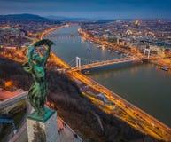 Budapest, Hongrie - vue panoramique aérienne de Budapest d'en haut, avec la statue du pont à chaînes de liberté, d'Elisabeth et d photo libre de droits