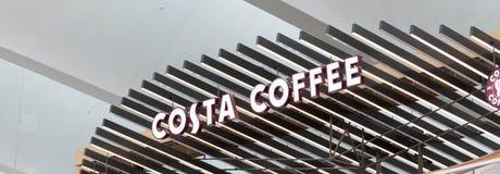 Budapest/Hungary-09 09 18: Dispensador de la tienda de la cafetería de la costa del café fotografía de archivo libre de regalías