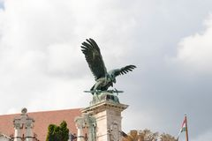 Budapest/Hungary-09 09 18: Espada del símbolo de la estatua del águila del turul de Budapest real fotografía de archivo libre de regalías