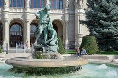 BUDAPEST, HUNGARY/EUROPE - 21 DE SEPTIEMBRE: Estatua delante del fotografía de archivo libre de regalías