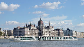 BUDAPEST HUNGARY/EUROPE - SEPTEMBER 21: Flodkryssning längs royaltyfri foto
