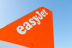 Budapest/Hungary-28 08 18 : Fermez-vous vers le haut du ciel bleu orange de logo d'ailes d'avion d'avion d'Easyjet photographie stock libre de droits