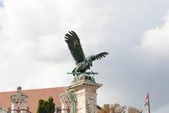 Budapest/Hungary-09 09 18: Kunglig person för svärd för symbol för staty för Budapest turulörn royaltyfri fotografi