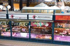 Budapest/Hungary-28 08 18: Lager för framdel för inre för korridor för mat Budapest för central marknad arkivfoton
