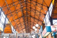 Budapest/Hungary-28 08 18: Lager för framdel för inre för korridor för mat Budapest för central marknad arkivbild