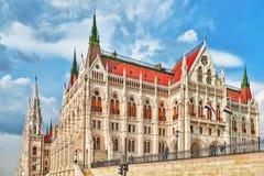 BUDAPEST, HUNGARY-MAY 02, 2016: Ludzie blisko Węgierskiego parlamentu Fotografia Stock