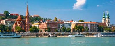 budapest hungary Sommarstadslandskap En sikt av de gamla byggnaderna och Danubet River arkivfoto