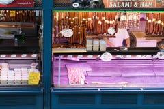 Budapest/Hungary-28 08 18: Tienda delantera interior del pasillo de la comida del mercado central de Budapest imágenes de archivo libres de regalías