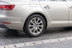 Budapest/Hungría -02 09 18: Cierre parqueado de la calle de la rueda de coche de Audi volkswagen para arriba foto de archivo