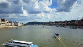 Budapest, Hungría - 02 06 2018: Circulación densa con las porciones de naves de visita turístico de excursión en el río Danubio metrajes