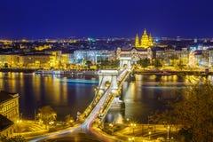 Budapest, Hungría, con el puente de cadena y el par Foto de archivo libre de regalías