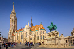 BUDAPEST, HUNGRÍA - 6 de abril: Matthias Church y el monumento t Foto de archivo