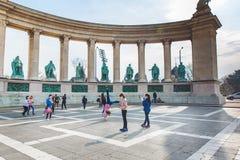 BUDAPEST, HUNGRÍA - 4 DE ABRIL DE 2019: Muchos turistas dan un paseo en el cuadrado de los héroes Es una de las atracciones más-v fotos de archivo libres de regalías