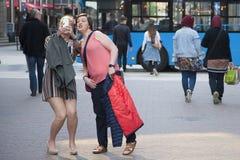 Budapest, Hungría - 10 de abril de 2018: Mujer joven alegre que toma un selfie al aire libre en la calle Dos amigos femeninos que imagen de archivo libre de regalías