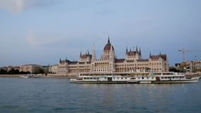 Budapest, Hungría 27 de agosto de 2018: El parlamento en el río Danubio metrajes