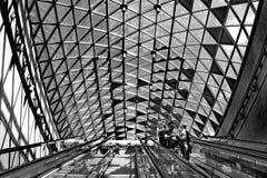 BUDAPEST, HUNGRÍA - 17 DE AGOSTO: Pasajeros que pasan cerca en el esca Foto de archivo