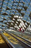 BUDAPEST, HUNGRÍA - 17 DE AGOSTO: Pasajeros que pasan cerca en el esca Imagen de archivo libre de regalías