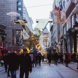 BUDAPEST, HUNGRÍA - 28 de diciembre de 2018: La 'calle de la moda' con las decoraciones de la Navidad en Budapest, Hungría foto de archivo