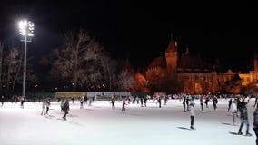 BUDAPEST, HUNGRÍA - 26 DE DICIEMBRE DE 2016: La gente patinadora cerca de Vajdahunyad se escuda en Budapest Hungría metrajes