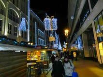 Budapest, Hungría - 30 de diciembre de 2015: Los turistas disfrutan del mercado de la Navidad Fotografía de archivo