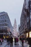 BUDAPEST, HUNGRÍA - 1 de enero de 2018: La 'calle de la moda' con las decoraciones de la Navidad en Budapest, Hungría imagen de archivo