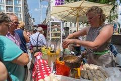 BUDAPEST, HUNGRÍA - 3 DE JUNIO DE 2014: La mujer no identificada sirve la comida en Budapest Imagen de archivo libre de regalías