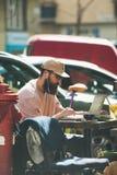 BUDAPEST, HUNGRÍA 22 DE MARZO DE 2017: Hombre joven que trabaja al aire libre Imagen de archivo