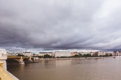 BUDAPEST, HUNGRÍA - 30 DE MAYO DE 2019: Operación de rescate en el río Danubio cerca del puente de Margit después de la tragedia  fotografía de archivo libre de regalías