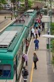 BUDAPEST, HUNGRÍA - 17 DE MAYO DE 2018: Tren suburbano en la estación de MÃœPA La gente saca y encendido Los trenes del suburbio  imágenes de archivo libres de regalías