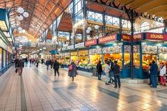 BUDAPEST, HUNGRÍA - 28 DE OCTUBRE DE 2015: Mercado central Pasillo en Budapest, Hungría Fotografía de archivo libre de regalías