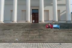 BUDAPEST, HUNGRÍA - 26 DE OCTUBRE DE 2015: Palacio de Budapest con la gente local que se sienta en el banco colorido La paloma es Imagenes de archivo