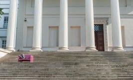 BUDAPEST, HUNGRÍA - 26 DE OCTUBRE DE 2015: Palacio de Budapest con la gente local que se sienta en el banco y la lectura colorido Imagenes de archivo