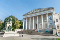 BUDAPEST, HUNGRÍA - 26 DE OCTUBRE DE 2015: Palacio de Budapest con la gente local que se sienta en el banco y la lectura colorido Imágenes de archivo libres de regalías