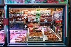 Budapest, Hungría - diciembre de 2017: Tienda de la carne en el marcha central foto de archivo