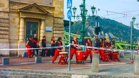 Budapest, Hungría - el AMI 01, 2019: Desfile del festival de primavera donde diversa gente celebró la llegada caliente del tiempo imagen de archivo