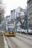 Budapest, Hungría, el 13 de febrero de 2019 Los coches amarillos de la tranvía de Budapest llegan la parada foto de archivo libre de regalías