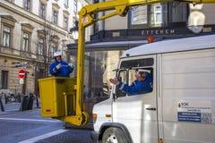 BUDAPEST, HUNGRÍA - ENERO DE 2017: Trabajador que substituye bulbos viejos en el alumbrado público de la linterna por nuevos Foto de archivo libre de regalías