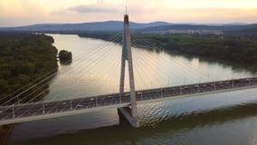 Budapest, Hungría - hyperlapse 4K que está en órbita alrededor del puente de Megyeri en la puesta del sol metrajes