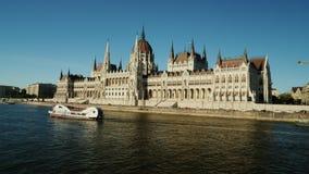 Budapest, Hungría, junio de 2017: Edificio del parlamento de Hungría en la puesta del sol Travesía del río en el Danubio almacen de video