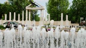 Budapest, Hungría, junio de 2017: Fuente hermosa en Liberty Square en el monumento de Budapest a las víctimas del fascismo almacen de metraje de vídeo