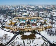 Budapest, Hungría - opinión aérea del horizonte del baño termal famoso de Szechenyi en el parque Varosliget de la ciudad imágenes de archivo libres de regalías