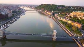 Budapest, Hungría - opinión aérea del horizonte 4K del puente de cadena famoso de Szechenyi sobre el río Danubio almacen de video