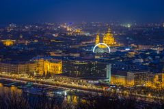 Budapest, Hungría - opinión panorámica del horizonte de Budapest con la basílica iluminada del ` s de St Stephen Imagen de archivo